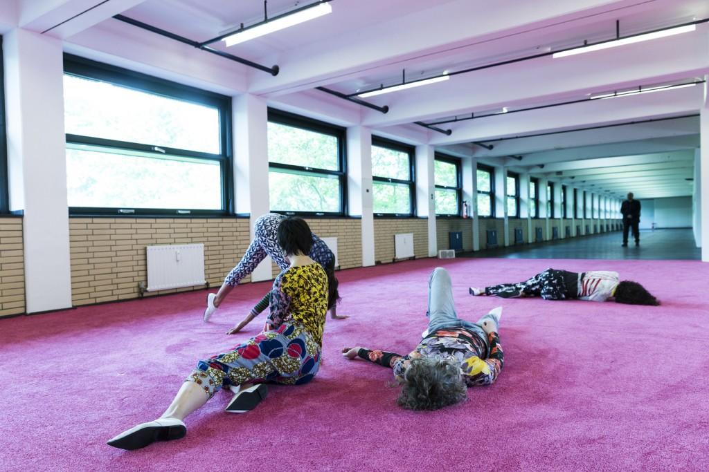 Performance von Maria Hassabi in der Neuen Neuen Galerie